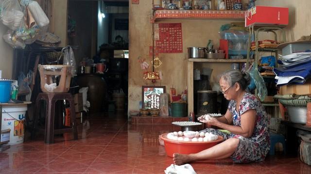 Gánh hàng rong của mẹ già trên vỉa hè và sức ép dân số Việt Nam già hóa trong mắt phóng viên báo Tây - Ảnh 2.