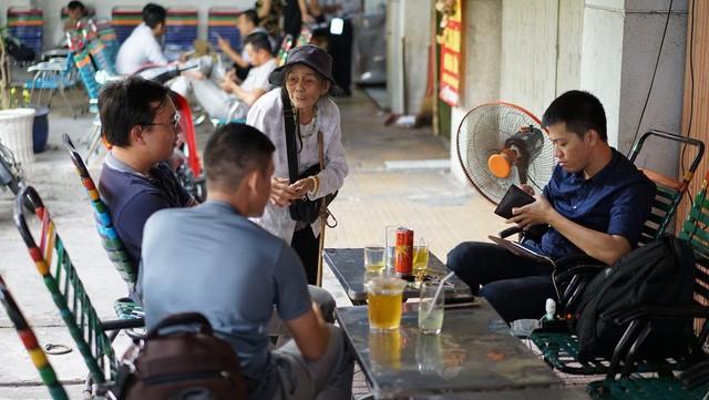 Gánh hàng rong của mẹ già trên vỉa hè và sức ép dân số Việt Nam già hóa trong mắt phóng viên báo Tây - Ảnh 3.