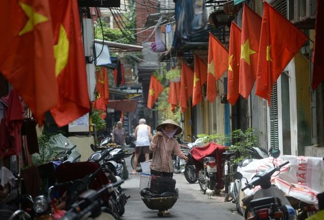 Gánh hàng rong của mẹ già trên vỉa hè và sức ép dân số Việt Nam già hóa trong mắt phóng viên báo Tây - Ảnh 4.