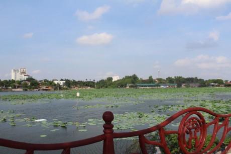 Nha hang banh tom, bun oc 'bua vay' ho Dam Tri, Ha Noi - Anh 3