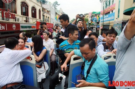 Xe buyt 2 tang mui tran chay thu nghiem o Ha Noi: Nguoi dan lo ngai vuong day dien tren cao - Anh 3