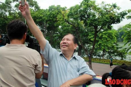 Xe buyt 2 tang mui tran chay thu nghiem o Ha Noi: Nguoi dan lo ngai vuong day dien tren cao - Anh 6