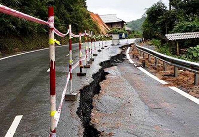 Quốc lộ nứt toác sau mưa bão - ảnh 2