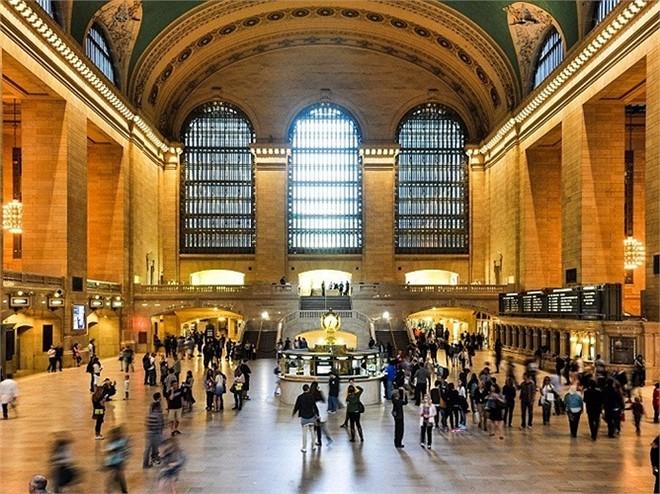 Nếu bạn chọn di chuyên bằng giao thông công cộng, mỗi tháng bạn sẽ mất khoảng 116,50 USD hoặc 2,75 USD cho một chuyến tàu điện ngầm một chiều. Nghe có vẻ hợp lý hơn nhiều so với tiền trả cho bãi đậu xe, nhưng mức này vẫn còn cao hơn so với trung bình trên toàn nước Mỹ khoảng 75%.