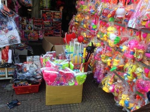 Tết Trung thu, sắm đồ chơi bạo lực, không an toàn dễ mua như...rau - Ảnh 2