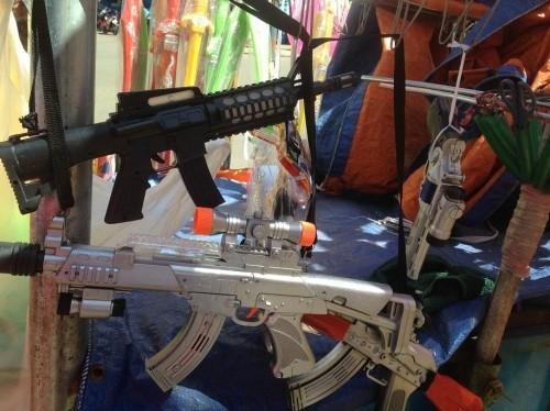 Tết Trung thu, sắm đồ chơi bạo lực, không an toàn dễ mua như...rau - Ảnh 3