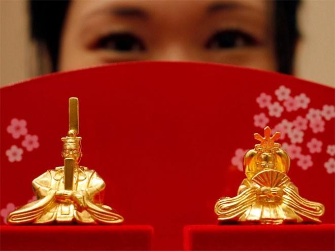 <b>8. Nhật Bản</b></div><div><i>Mức dự trữ vàng chính thức: 765,2 tấn</div><div>Tỷ lệ vàng trong dự trữ ngoại hối: 2,2%</i></div><div>Vào năm 1950, Nhật chỉ có 6 tấn vàng dự trữ, nhưng từ năm 1959, dự trữ vàng của Nhật bắt đầu tăng mạnh. Vào năm đó, mức mua ròng vàng của Ngân hàng Trung ương Nhật (BoJ) tăng 169 tấn so với năm 1958.</div><div>Năm 2011, BoJ bán vàng để có tiền bơm 20 nghìn tỷ Yên vào nền kinh tế nhằm trấn an giới đầu tư sau thảm họa động đất và sóng thần.
