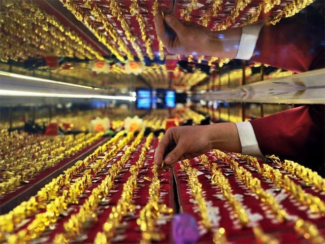 """<b>5. Trung Quốc</b></div><div><i>Mức dự trữ vàng chính thức: 1.708,5 tấn</i></div><div>Sau 6 năm """"im lặng"""", Trung Quốc gần đây bắt đầu công bố thông tin thường xuyên hơn về dự trữ vàng quốc gia. Trong quý 3 vừa qua, Ngân hàng Trung ương Trung Quốc (PBoC) cũng mua vào một lượng vàng lớn, khoảng 50 tấn. Tuy vậy, vàng chỉ chiếm khoảng 2% tổng dự trữ ngoại hối của Trung Quốc."""