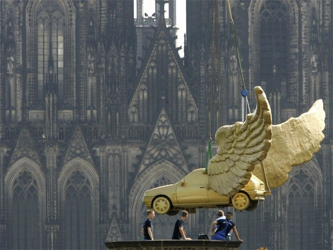 <b>2. Đức</b></div><div><i>Mức dự trữ vàng chính thức: 3.381 tấn</div><div>Tỷ lệ vàng trong dự trữ ngoại hối: 67,1%</i></div><div>Vào năm 2013, Ngân hàng Trung ương Đức (Bundesbank) công bố kế hoạch đưa dự trữ vàng cất ở Mỹ và Pháp về nước. Bundesbank dự kiến đến năm 2020, một nửa dự trữ vàng của Đức sẽ đặt tại Frankfurt.