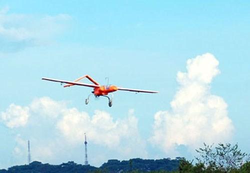 ồi đầu tháng 5/2013, Liên hiệp Khoa học sản xuất công nghệ cao Viễn thông-Tin học (HTI), thuộc Viện Hàn lâm khoa học và công nghệ Việt Nam đã tuyên bố thử nghiệm thành công UAV made in Vietnam do Viện này nghiên cứu và sản xuất. UAV made in Vietnam được công bố với 5 mẫu với các thông số kỹ thuật và tính năng khác nhau. Trong đó loại lớn nhất có thể bay với bán kính 100 km, trần bay là 3 km, tốc độ tối đa là 180 km/h, thời gian hoạt động trên không 6 giờ và có thể bay cả ban ngày và ban đêm.