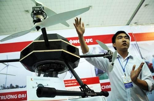 Sản phẩm máy bay không người lái đáng chú ý thứ hai tại Techmart 2015 là chiếc Drone của bộ môn Kỹ thuật Hàng không và Vũ trụ (Đại học Bách khoa Hà Nội). Đây là dạng máy bay lên thẳng nhiều cánh quạt tương tự như các loại flycam trên thị trường.