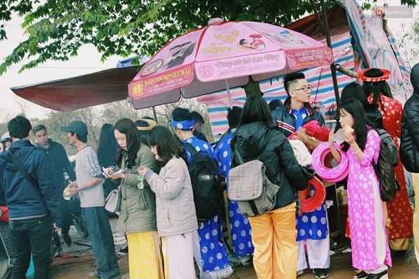 Người Hà Nội đội mưa đi chụp ảnh Tết, dịch vụ ăn theo được dịp hốt bạc - Ảnh 13.