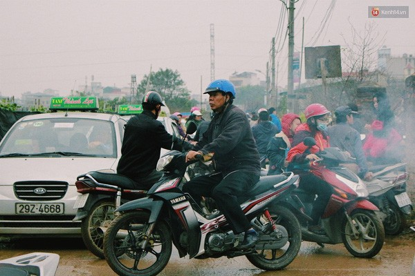 Người Hà Nội đội mưa đi chụp ảnh Tết, dịch vụ ăn theo được dịp hốt bạc - Ảnh 1.
