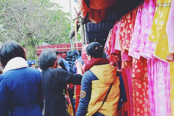 Người Hà Nội đội mưa đi chụp ảnh Tết, dịch vụ ăn theo được dịp hốt bạc - Ảnh 7.