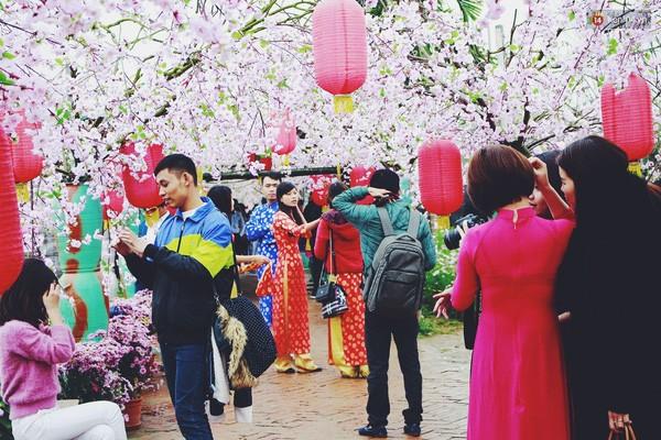 Người Hà Nội đội mưa đi chụp ảnh Tết, dịch vụ ăn theo được dịp hốt bạc - Ảnh 3.