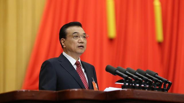 Thủ tướng Trung Quốc Lý Khắc Cường đọc báo cáo công tác chính phủ hôm 5/3. Ảnh: Xinhua