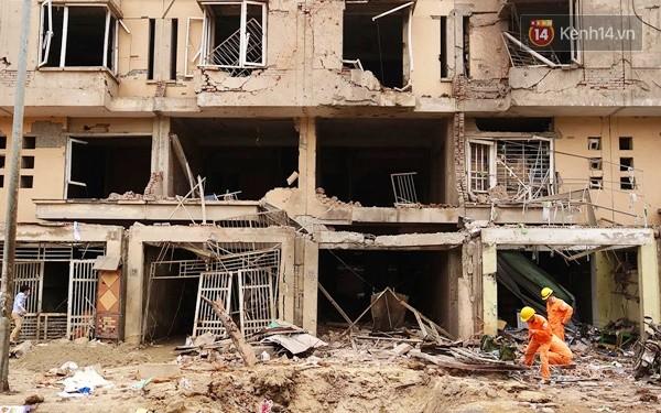 Nhiều vết thủng trên cửa sắt, tường bê tông tại vụ nổ ở Hà Đông - Ảnh 1.