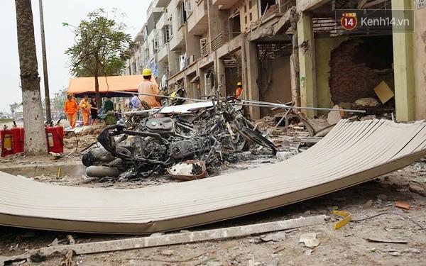 Nhiều vết thủng trên cửa sắt, tường bê tông tại vụ nổ ở Hà Đông - Ảnh 10.
