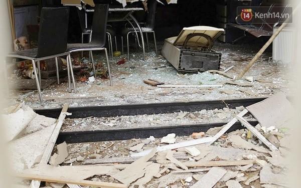 Nhiều vết thủng trên cửa sắt, tường bê tông tại vụ nổ ở Hà Đông - Ảnh 11.