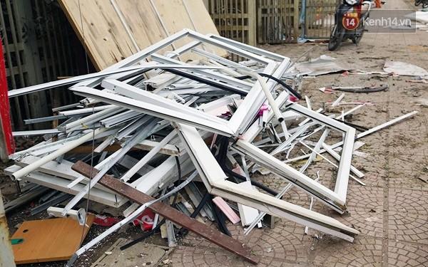 Nhiều vết thủng trên cửa sắt, tường bê tông tại vụ nổ ở Hà Đông - Ảnh 12.