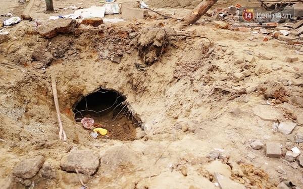 Nhiều vết thủng trên cửa sắt, tường bê tông tại vụ nổ ở Hà Đông - Ảnh 2.