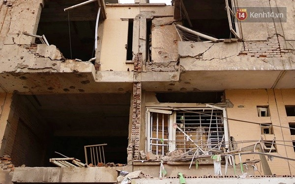 Nhiều vết thủng trên cửa sắt, tường bê tông tại vụ nổ ở Hà Đông - Ảnh 3.