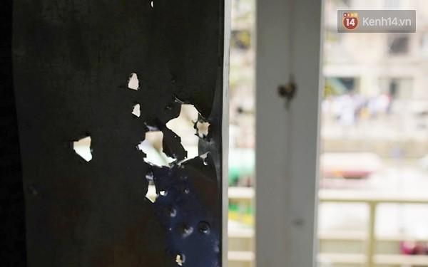 Nhiều vết thủng trên cửa sắt, tường bê tông tại vụ nổ ở Hà Đông - Ảnh 4.