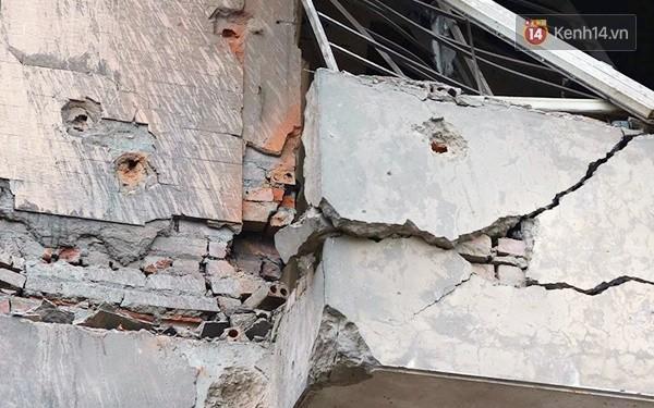 Nhiều vết thủng trên cửa sắt, tường bê tông tại vụ nổ ở Hà Đông - Ảnh 5.