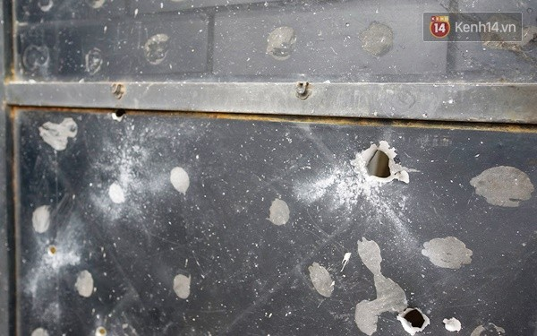 Nhiều vết thủng trên cửa sắt, tường bê tông tại vụ nổ ở Hà Đông - Ảnh 6.