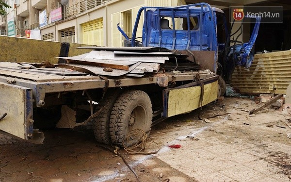 Nhiều vết thủng trên cửa sắt, tường bê tông tại vụ nổ ở Hà Đông - Ảnh 8.
