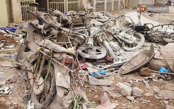 Nhiều vết thủng trên cửa sắt, tường bê tông tại vụ nổ ở Hà Đông - Ảnh 9.