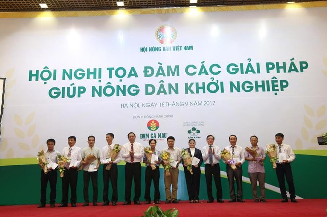 Các mô hình Nông dân khởi nghiệp nhận quà tiếp sức tại Hội nghị. Ảnh: Quang Hiếu