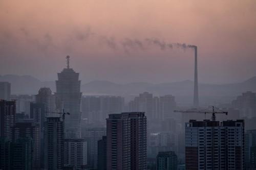 Khói bốc lên từ nhà máy điện ở Bình Nhưỡng ngày 17/2. Ảnh: AFP.