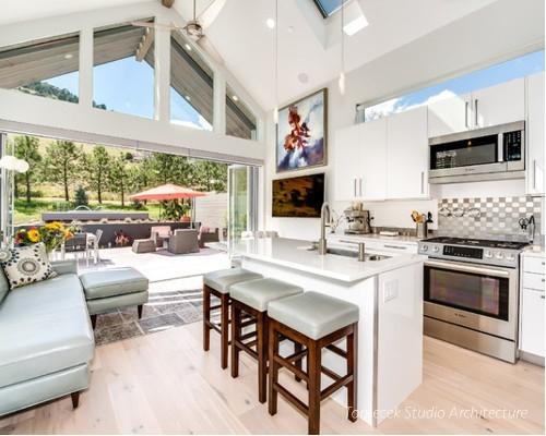 Bên trong ngôi nhà phòng khách, bếp và khu vực ăn uống được thiết kế hoàn toàn mở trong cùng một không gian tạo sự thoáng sáng và tiện nghi cho người sử dụng.