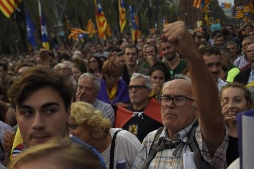 Người ủng hộ Catalonia độc lập khỏi Tây Ban Nha tụ tập xem bài phát biểu tại Barcelona. Ảnh: AFP.