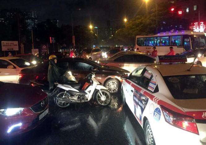 Mưa kéo dài, giao thông Hà Nội 'tê liệt', hỗn loạn vào giờ tan tầm - ảnh 4