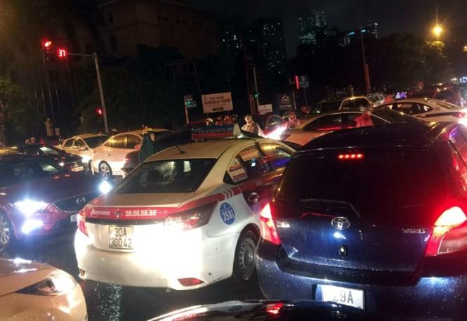 Mưa kéo dài, giao thông Hà Nội 'tê liệt', hỗn loạn vào giờ tan tầm - ảnh 3