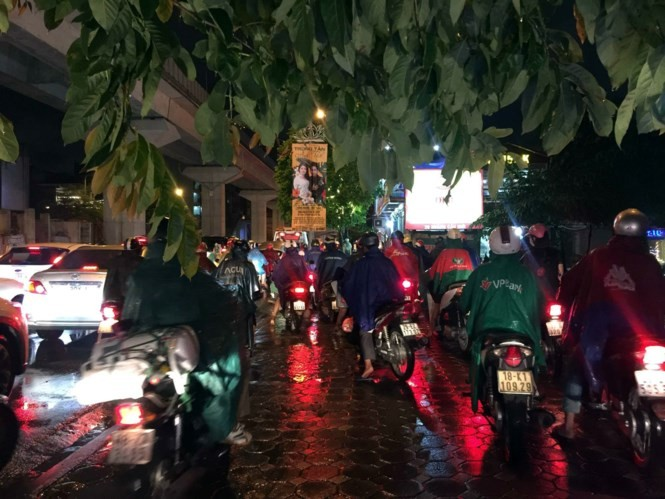 Mưa kéo dài, giao thông Hà Nội 'tê liệt', hỗn loạn vào giờ tan tầm - ảnh 5