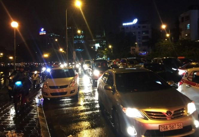 Mưa kéo dài, giao thông Hà Nội 'tê liệt', hỗn loạn vào giờ tan tầm - ảnh 6