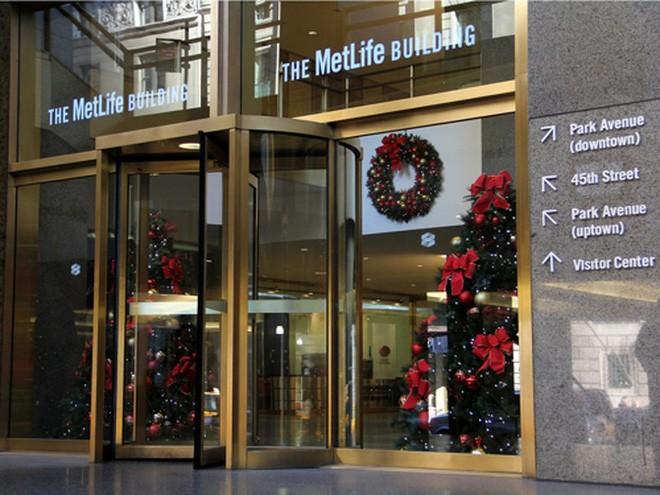 Ngoài bang California, Irvine Company sở hữu 97,3% cổ phần tòa nhà MetLife 58 tầng - trị giá gần 3 tỷ USD - tại New York. Năm 2014, công ty này cũng mua một cao ốc 60 tầng tại Chicago với giá 850 triệu USD.