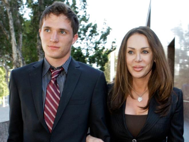 Bren có 5 người con từ 3 cuộc hôn nhân và một cuộc hẹn hò. </div>  <div>