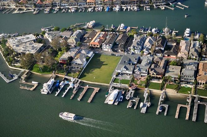 Dù Bren là trùm địa ốc giàu có, nhưng không có nhiều thông tin về tư dinh nơi ông sinh sống. Ông được cho là sống cùng người vợ thứ 3 và con trai tại Harbor Island ở Newport Beach - khu vực giàu có với loạt dinh thự triệu USD. </div>  <div>