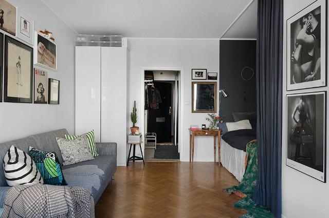 Trang trí bằng gam màu lạnh xám với nhiều sắc độ đậm nhạt khác nhau nhưng căn hộ vẫn luôn trong trạng thái tươi sáng và ấm cúng nhờ sự kết hợp hài hòa với sàn gỗ tự nhiên.