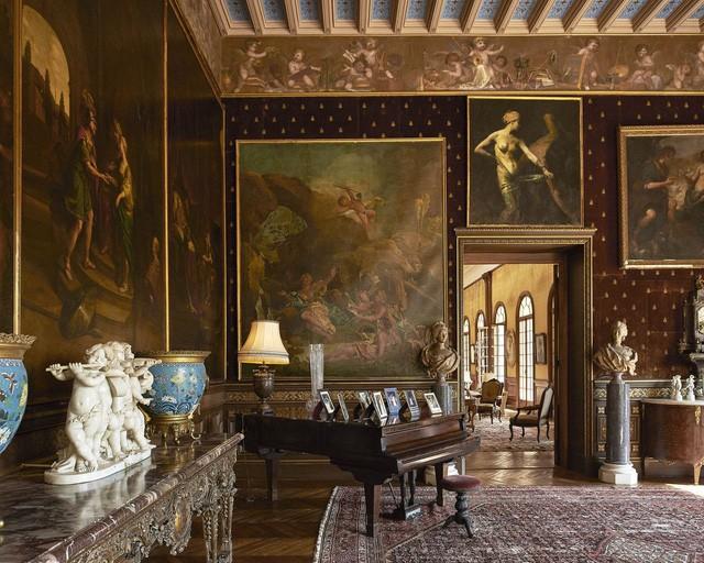 Một phòng khách lớn có thiết kế của thời kỳ hoàng kim Belle Epoque