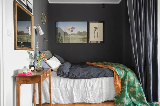 Nằm khép mình trong một góc nhỏ xinh nhưng phòng ngủ luôn bảo đảm sự thoải mái nhất cho chủ nhà nhờ nội thất tối màu và và bộ chăn ga có nguồn gốc tự nhiên vô cùng êm ái.