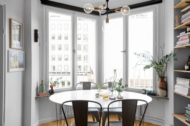 Vị trí tuyệt vời nhất của căn hộ được chủ nhà chọn làm không gian ăn uống. Còn gì thích thú hơn khi vừa được ngắm cảnh đẹp bên ngoài vừa được ăn ngon miệng.