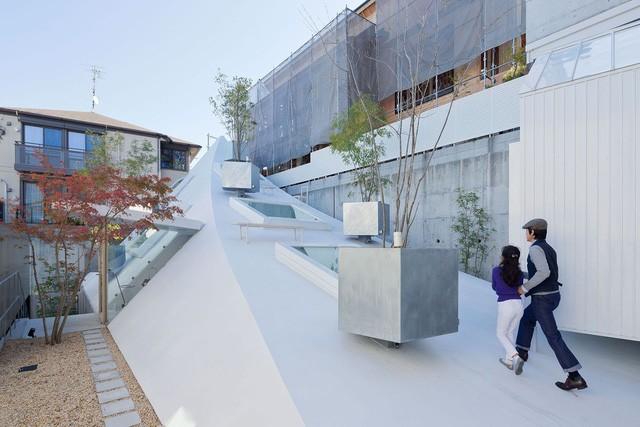 Ngắm ngôi nhà độc, lạ hệt như tảng băng trôi ở Nhật - Ảnh 3.