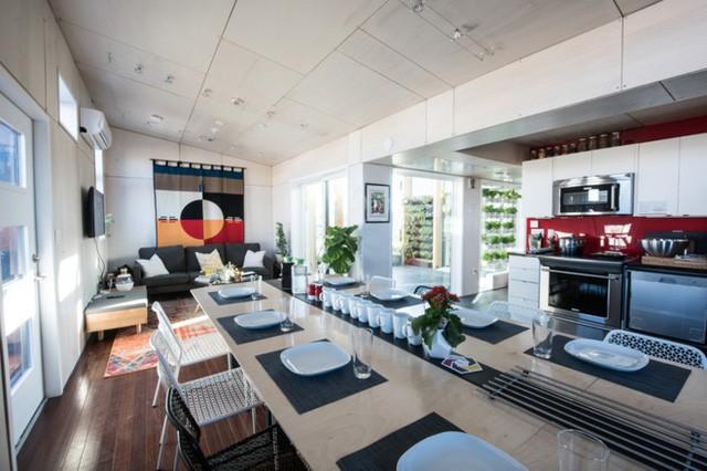 Phòng khách và nhà bếp có bố cục mở, tận dùng nhiều ánh sáng tự nhiên nhiều nhất có thể