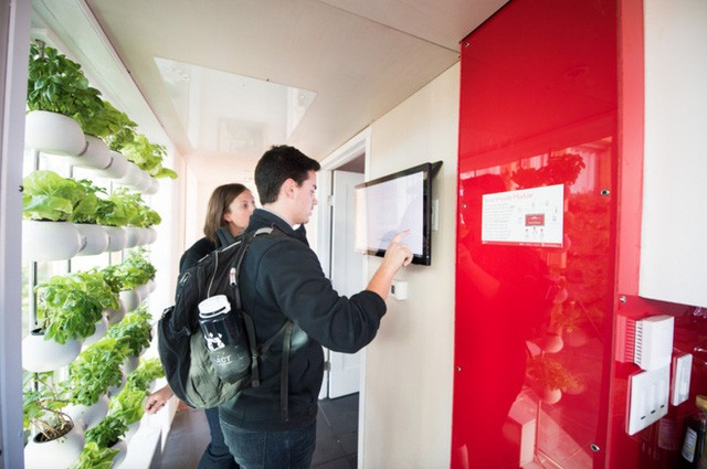 Người dùng có thể điều khiển các khay trồng cây, được làm từ nhựa tái chế qua in hình 3D, bằng cách sử dụng một màn hình cảm ứng được đặt trên tường. Nhóm sinh viên cho biết các đồ nông sản và rau tươi có thể được nhanh chóng thu hoạch và sử dùng bất cứ lúc nào