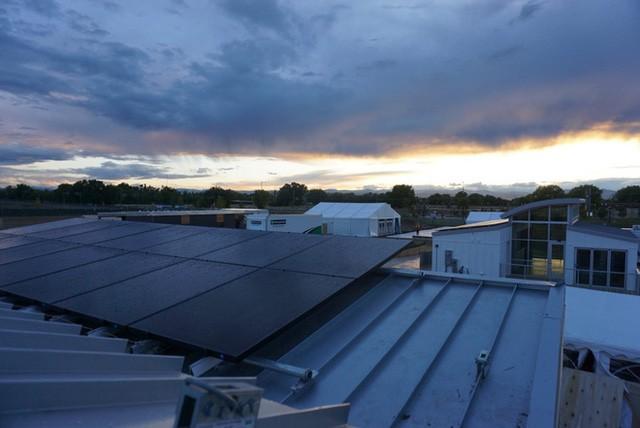 Trên mái nhà, các tấm pin mặt trời sẽ lưu giữ và cung cấp năng lượng cho cả ngôi nhà, ngoài ra có cả một phòng cơ khí riêng biệt, tại đây người dùng có thể điều khiển cả hệ thống điện, nước nóng và thoát khí của toàn bộ căn nhà